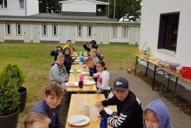 Schülermannschaft beim Essen